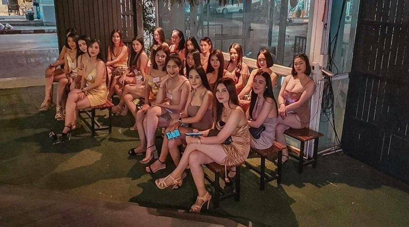 Thai girls at bars waiting for guys