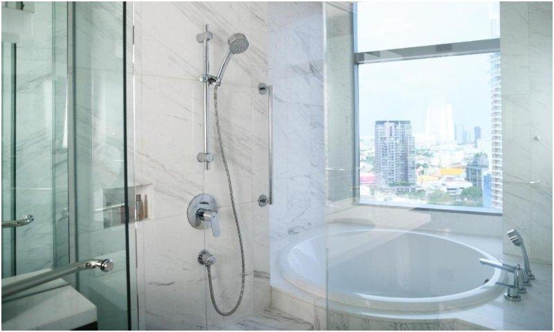 large bathroom at Bangkok Marriott Hotel Sukhumvit