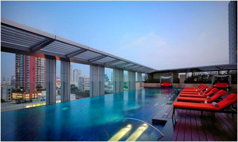 infinity pool at Bangkok Marriott Hotel Sukhumvit