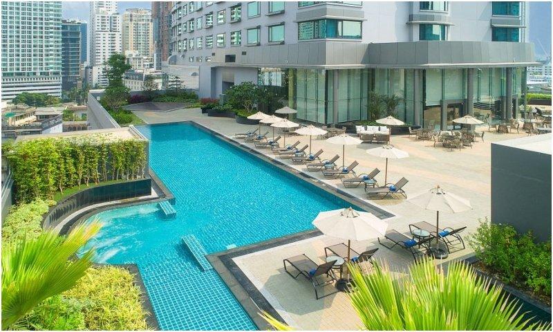 outdoor pool at Hotel Nikko Bangkok