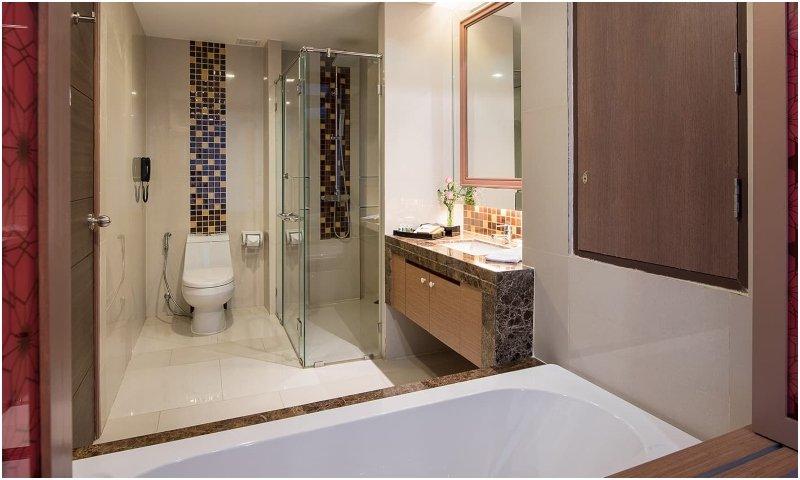 Luxury quadruple suite bath Berkeley Hotel Pratunam