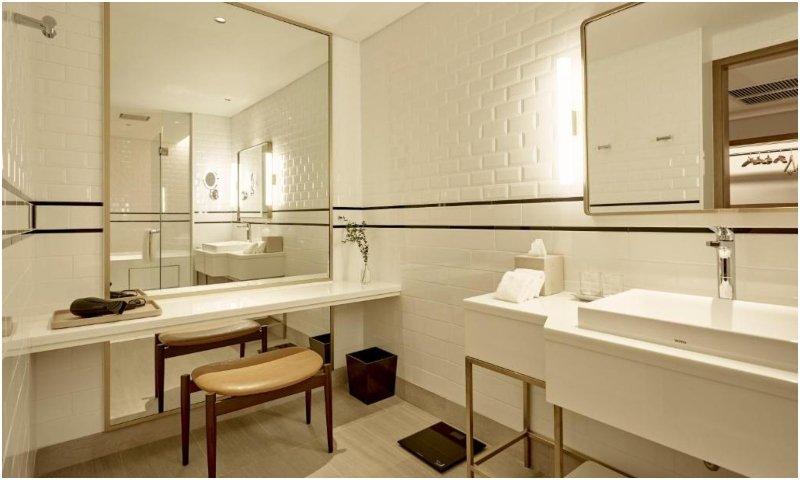 Montien Hotel Surawong Bangkok bathroom