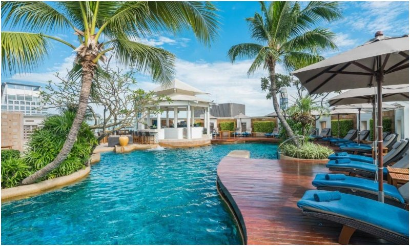 Outdoor pool Club InterContinental Suite