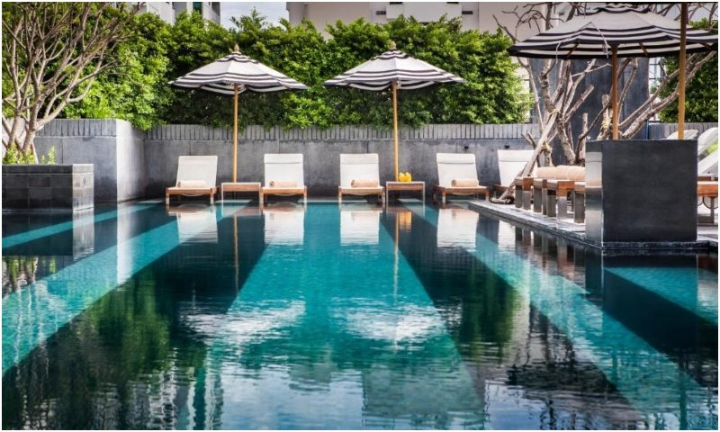 Swimming pool Mövenpick Hotel